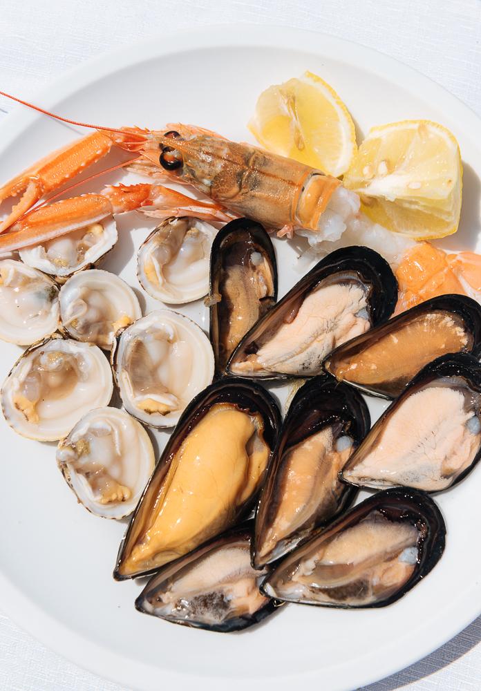 Traditional dish of 'di pesce crudo' (raw seafood) at La Rotonda Restaurant, Savelletri, Puglia, Italy, Europe