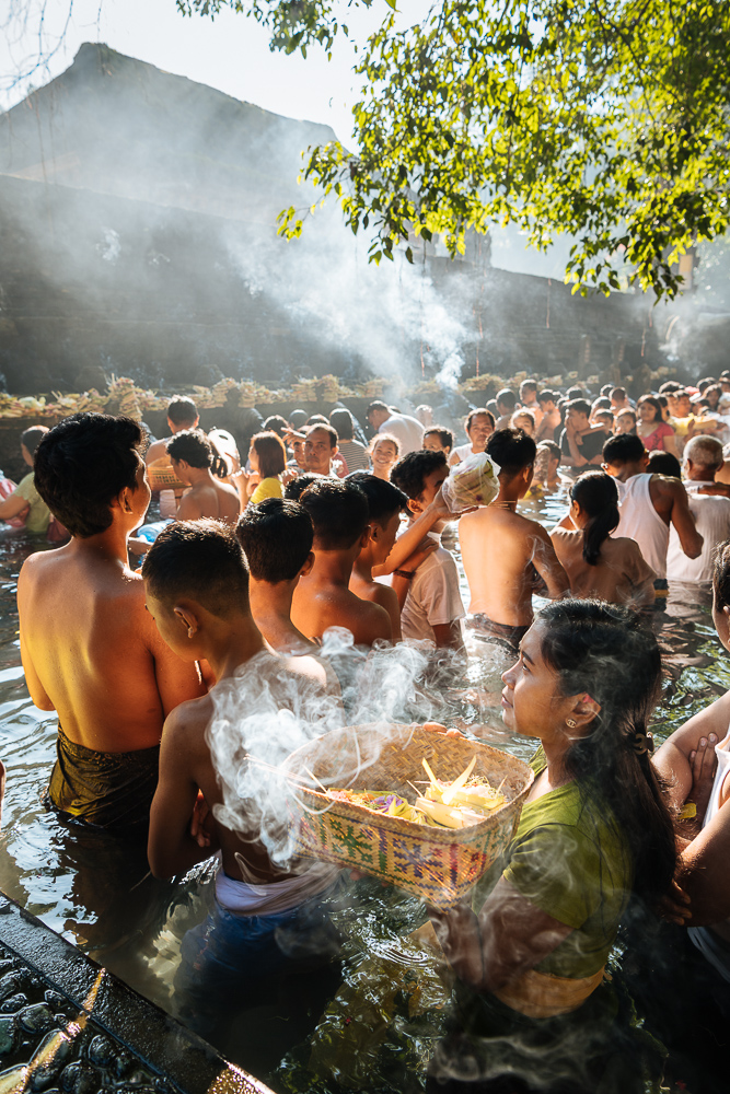 Pilgrims queuing to bathe in the sacred Tampaksiring Spring, Pura Tirta Empul Temple, Ubud, Bali, Indonesia