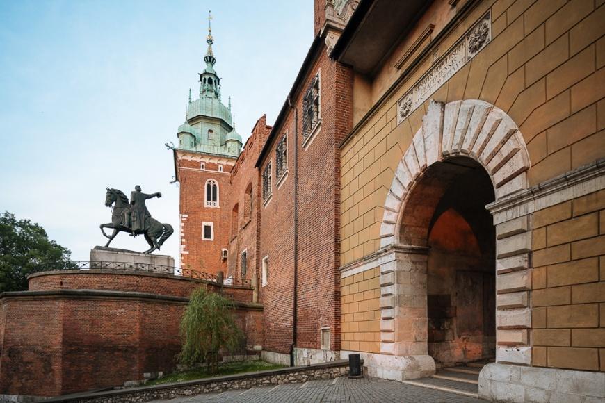 Entrance Gate to Wawel Royal Castle and Monument to Tadeusz Kościuszko, Krakow, Malopolskie, Poland, Europe